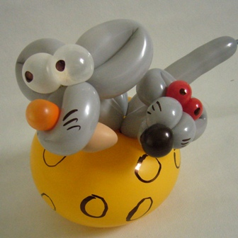 Ballonkuenstler in Bielefeld das sind Cordula und Rüdiger Paulsen - Luftballontiere Mäuse im Kaese