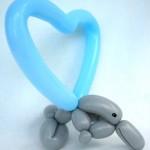 Ballonfigur Delphin springt durch Herzreifen